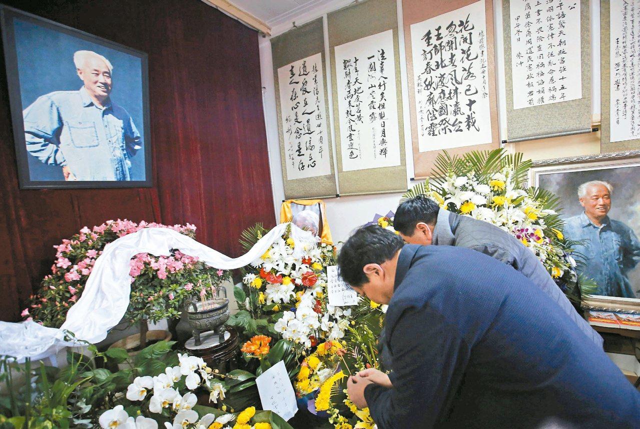 中共前總書記趙紫陽逝世十周年,一些大陸民眾自發到趙的北京故居悼念。 路透