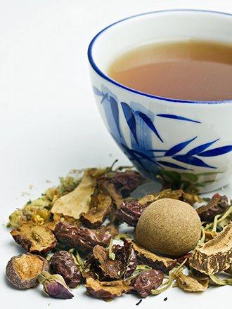 坊間常說吃藥配水最好,配茶或其他飲品,可能會影響藥效。 圖/ingimage
