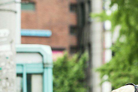 台灣茶飲界最知名的「珍珠奶茶」再上國際版面,不過你可以放心,不是茶飲有問題,而是咱們的「珍奶」竟然出現在韓國人氣男神金宇彬與小鮮肉李玹雨主演的韓國電影《技術者們》中,片中高昌錫趴趴走勘查地形時,手上...