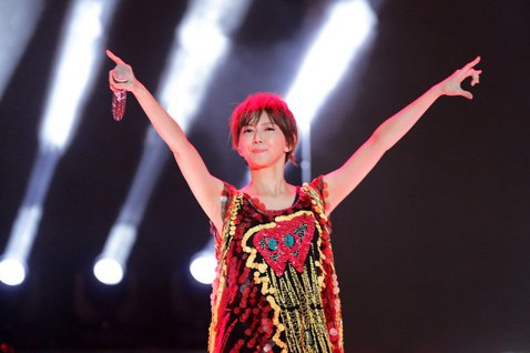 9年沒接跨年場的孫燕姿,這回特別把時間留給新加坡鄉親,因為剛好是星國建國50周年,意義格外不同。她在台上除了和總理一起倒數,也見到許久不見的歌手陳潔儀,當場變成小粉絲。她為跨年秀改編5分半鐘組曲,包...