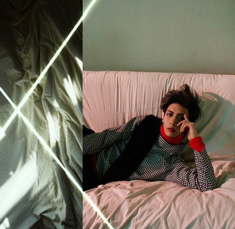 2015年SM娛樂公司第一位SOLO歌手揭開神秘面紗,他就是SHINee成員鐘鉉。SM娛樂公司公開了三張鐘鉉的宣傳照。鐘鉉將於1月12日發行首張個人迷你專輯《Base》,出道6年後將以個人身份亮相舞...
