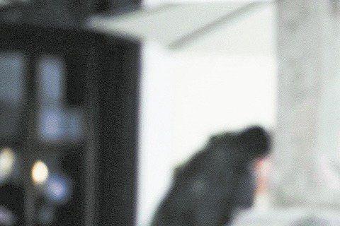 王力宏為拍新歌「你的愛」MV,展現自己當老闆的大手筆,砸700萬台幣到歐洲拍攝,還自己寫腳本、指導爆破與槍戰戲,他也親自演出,拍攝時一度被玻璃割傷見紅,經紀公司為此還投保上億元保險,就怕有危險的事情...