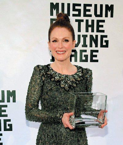 距離奧斯卡頒獎典禮還有一個月,演出「我想念我自己」的女星茱莉安摩爾氣勢驚人,各式獎項拿到手軟,最新到手的是紐約影像博物館頒發的當代傑出女星獎。而她除了會演戲,設計長才也被看中,將受邀為奧斯卡設計「明...