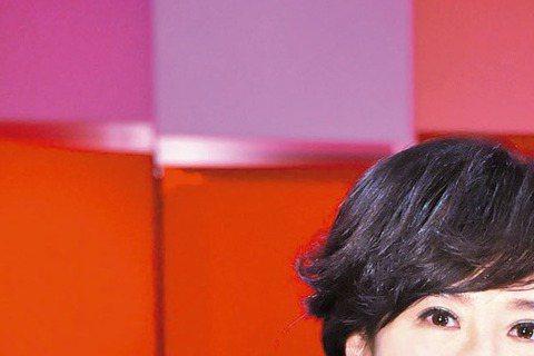 「歌神」張學友大駕光臨,TVBS攝影棚差點暴動!他上周末(17日)接受方念華的「TVBS看板人物」專訪,平日空蕩蕩的攝影棚擠滿員工粉絲,不少部門主管趕回公司,只為一睹「歌神」風采。