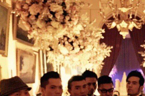 周董好麻吉劉畊宏昨天公開了婚禮後的男人趴照片,首先是周董男人幫裝酷,搭配華麗的背景還真有種要拍時尚風面的fu~(攝影師居然拍糊了 >