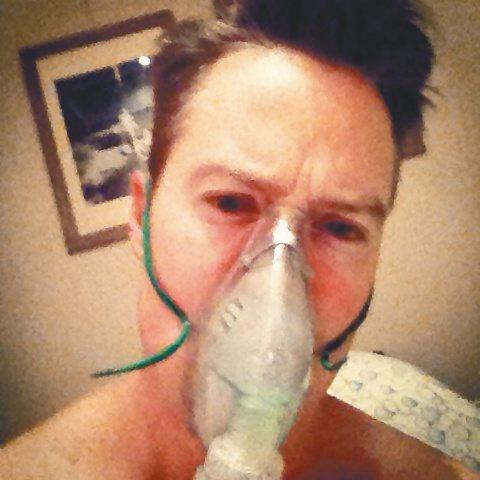 夏克立今年43歲,卻有多年哮喘毛病,在國外發作時甚至送醫急救,前天晚上再次發生,黃嘉千雖然著急,卻臨危不亂在旁照顧,所幸平時因為女兒關係,家中常備氧氣瓶,戴上後幾分鐘他才緩和下來。夏克立這回再次發生...