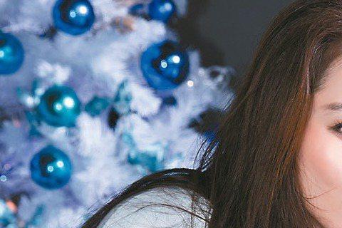 6年沒推新作,徐若瑄去年底應景高唱新歌「藍色聖誕節」,還化身海藻系維納斯精靈。為營造孤單氛圍,她站上陽明山美軍老宿舍拍MV,導演也把場景幻化藍色元素,連耶誕老公公都成「藍公公」, Vivian也說:...