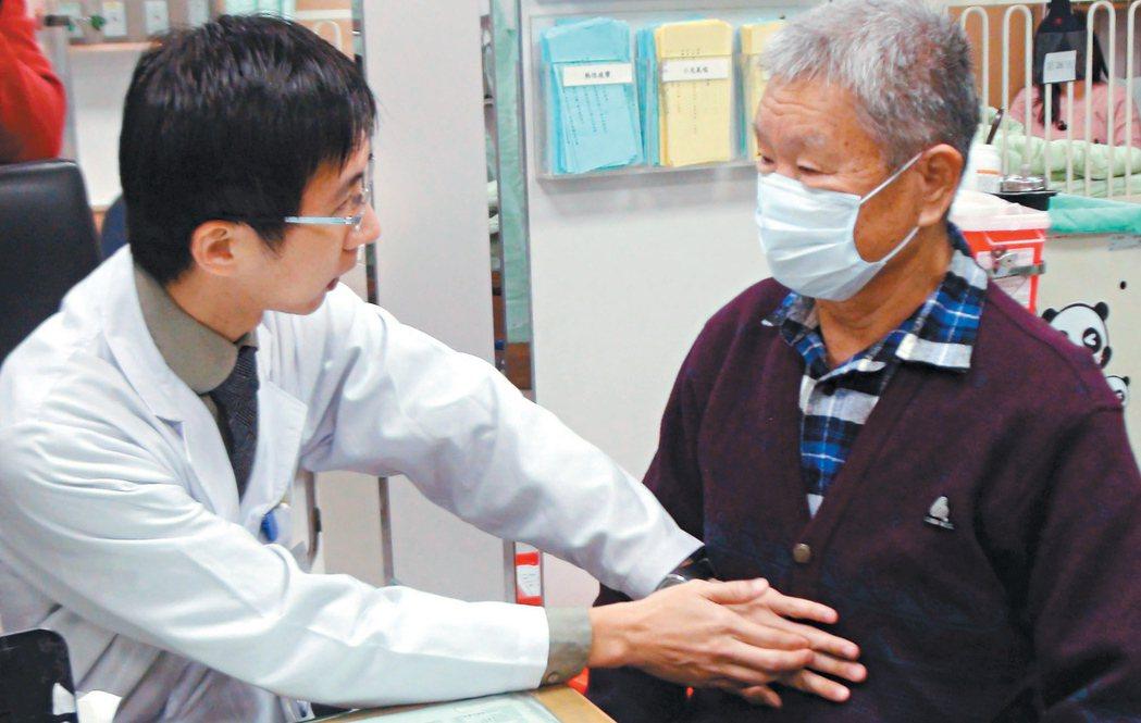 72歲王先生是神明繞境隊轎夫,因打嗝不止,就醫才發現是胃癌。 記者謝梅芬/攝影