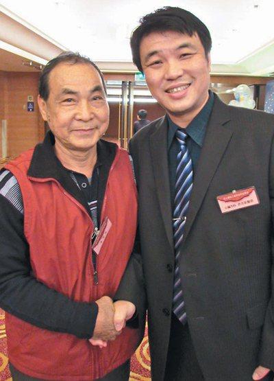 心衰竭患者陳明俊(左)10年前接受心臟移植手術,他說,現在猶如「重新活過來」。 ...