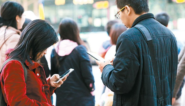 國發會日前調查,全台每四人就有一人只要一天不使用網路,就會感到焦慮、擔心。 記者...