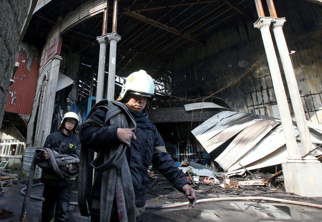 桃園市新屋區「新屋保齡球館」發生大火,六名消防人員不幸殉職。 圖/聯合報系資料照