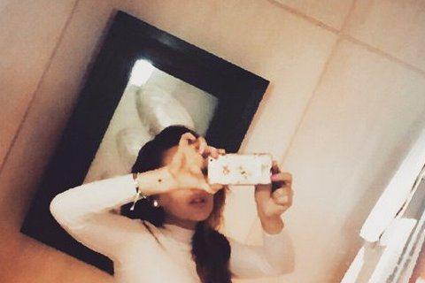 琳賽蘿涵(Lindsay Lohan)最近在Instagram上貼出一張自拍照,不過這照片看起來太不科學了!琳賽羅涵下半身穿著內褲,但是腰部的線條完全就是有動過手腳,經過修圖後呈現出「蜂腰」狀態,跟...