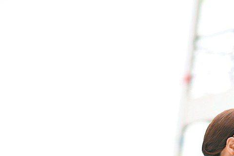 楊祐寧、唐嫣主演電視劇「千金女賊」將播出,30年代上海灘風情盡現,該劇劇照最近也在網路上流傳,2人浪漫吻戲照也曝光,雖然畫面唯美,但卻是經歷多達20幾次笑場、NG次數,才完成一場吻戲,楊祐寧天然呆、...
