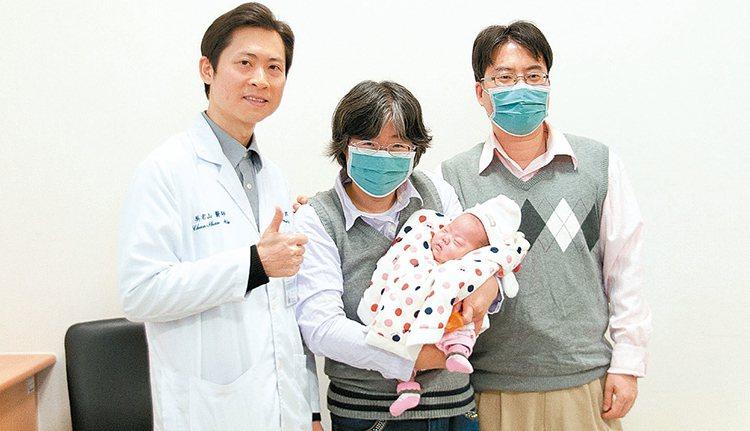 26周早產的安安,經醫護照顧健康出院,媽媽劉女士(中)和先生(右)開心不已。 圖...
