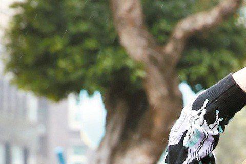 新人金韓一昨為全新專輯「00:01 AM」(零點零一分),找來好友袁艾菲助陣,因為獨鍾「冰山美人」,金韓一當眾打槍熱情外放的袁艾菲,笑說:「我喜歡冷的人,她太熱了!」還說出道時,金爸爸相當不看好,酸...