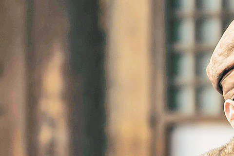 被譽為年代戲大陸第一小生的馮紹峰,戲路真正多變,除「蘭陵王」深情模樣,又在「大鬧天宮」續集演唐僧,馮紹峰演戲十分投入,他在「黃金時代」演豪邁作家蕭軍,在零下30度還拿起冰水往頭上澆,不會喝酒拍喝酒戲...