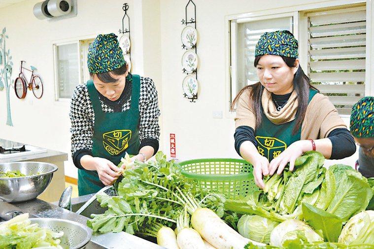 洗菜示意圖。 記者鍾知君/攝影