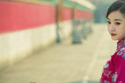 電影版「新步步驚心」劇照出爐囉!這次曝光女主角陳意涵的劇照有古裝、時裝造型,大家喜歡哪一種?電影版女主角改由陳意涵挑樑,大家都期待劇情會有什麼樣發展?看到陳意涵的造型網友覺得她不適合古裝,看起就像是...