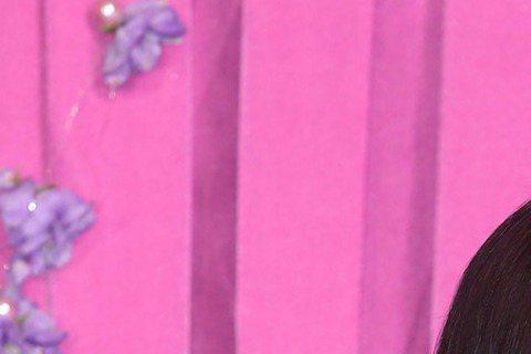 開年歌壇最大震撼,歌迷心中地位堪比國寶的天后江蕙,昨抖著聲音宣布退出歌壇,七月底展開的北高共十六場演唱會是封麥之作,那之後,她要「回到十歲之前那個沒有鎂光燈的日子」。這場記者會,原本是宣布江蕙繼二○...