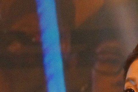 郭書瑤出道5年,首次在海外跨年,受邀前往美國加州蒙特利公園市參加跨年封街演唱會,她誠意十足、放大尺度,雖然低溫凍寒,但她因此海賺百萬元。郭書瑤為了首次的海外跨年演出,想著「外國人比較開放」,所以特別...