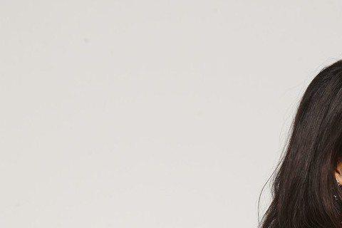 屈中恆、胡婷婷合作演出舞台劇「誰家老婆上錯床」,戲中屈中恆飾演政黨立委,胡婷婷則是在野黨女秘書,2人卻從國會殿堂激戰到床上,發展出不倫戀,日前拍宣傳照時,胡婷婷穿迷你短裙露美腿,不但緊貼屈中恆,還時...