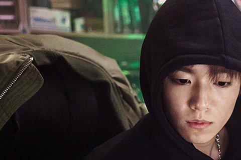 現年21歲的李玹雨,在2004年開啟演藝生涯。以往多演男主角的童年時期,以善良又無辜的形象萌翻影迷。隨著年紀漸增,他近年也開始獨當一面,挑戰成年角色。他在《技術者們》中飾演愛說謊、又狂妄的天才駭客「...