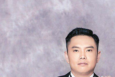 何嘉文3月要在台北六福皇宮飯店,與相識3年多的上班族男友David舉辨婚宴,為把婚紗照拍美,她辛苦瘦身17公斤,終於把自己塞進XS號的婚紗裡。預計席開40桌,布置走美式鄉村風。