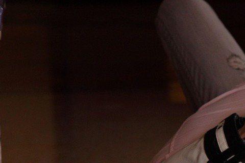 袁艾菲主演中視、中天「鋼鐵之心」遭導演鄧安寧設計,一場被Darren強吻鏡頭,她因演出橋段並非劇情設定,一臉驚魂未定模樣,被指演技表情超自然,她嚇得大叫:「這集不敢給男友看啦!」袁艾菲一臉受驚貌:「...