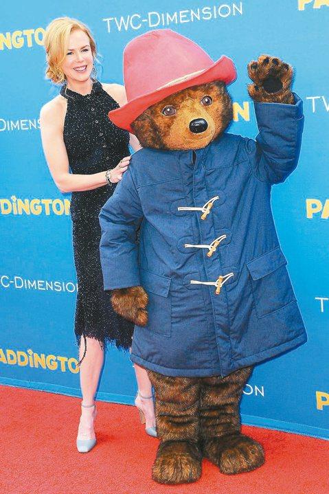改編自暢銷童書的「柏靈頓熊愛趴趴走」,電影描述一隻來自秘魯的小熊,到倫敦找一個家,卻迷路和落單在柏靈頓車站,幸好遇到善心人士帶牠回家,邪惡的博物館標本師卻對柏靈頓熊動歪腦筋。妮可已有7年未接演適合小...