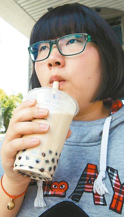 含糖飲料易肥胖,而肥胖又是心血管疾病的危險因子之一,一杯珍奶相當於女性一天所需熱...