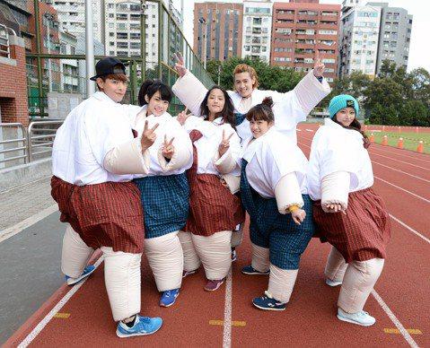 SpeXial的晨翔、Teddy,還有A'N'D的宇宙、Lucia、雨婷及文雨非,日前參加「娛樂百分百」運動會,大家穿上胖子裝比賽,玩成一團。