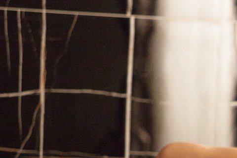鄭元暢自甩脫當兵時期暴肥到92公斤的腫樣後,精實身材變鮮肉,最近他主演大陸湖南衛視新戲「只因單身在一起」,戲中床戲、洗澡戲、吻戲數量多,堪稱出道至今之最,近期曝光的一組劇照中,他躺床上半身全裸露點,...