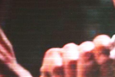 電影《一代宗師3D》在上海舉辦首映記者會,張震手拿剃刀重現與梁朝偉過招的場景,重現《一代宗師3D》中的亮刀動作。