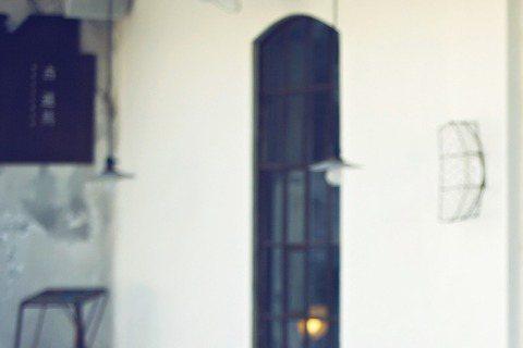 楊子姍和陳柏霖合作新片《重返20歲》接受「bella儂儂」專訪,談到在片中兩人浪漫談情,合作起來「很舒服」,楊子姍讚陳柏霖:「他很有經驗,會主動分享拍戲秘訣,不是刻意來『教你』,是希望讓大家都好。他...