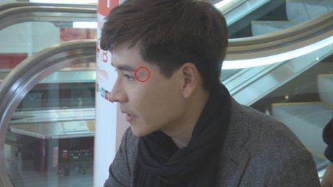 王傳一在台視、三立偶像劇「聽見幸福」中飾演失明者,他拍戲時卻意外遭櫃子砸中破相,只差0.1公分就傷到眼球,差點假戲成真,他在臉書上感謝過世的爺爺保佑,才無大礙。