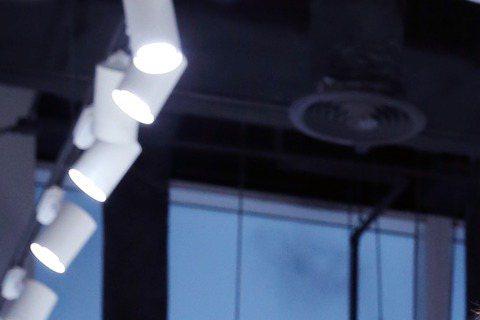 楊謹華為好友Elva蕭亞軒自創品牌Carry Me出席活動,她也兼任設計師,透露好姊妹為此反目、冷戰1個月,最後因蕭亞軒要幫她打造金鐘獎服裝造型,兩人才破冰,她笑說:「我們的友情很可愛,以前像情人,...