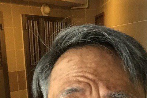 不論是江湖人物還是《衝上雲霄》中的華人機長,總是酷帥有型吳鎮宇為戲成了老殘人士,看他在微博自曝一張新戲中的老妝,頭髮灰白還有老人斑,外加高低眉、迷濛眼神,以及那不知是裝可愛還是要詮釋沒牙齒的嘟嘴表情...