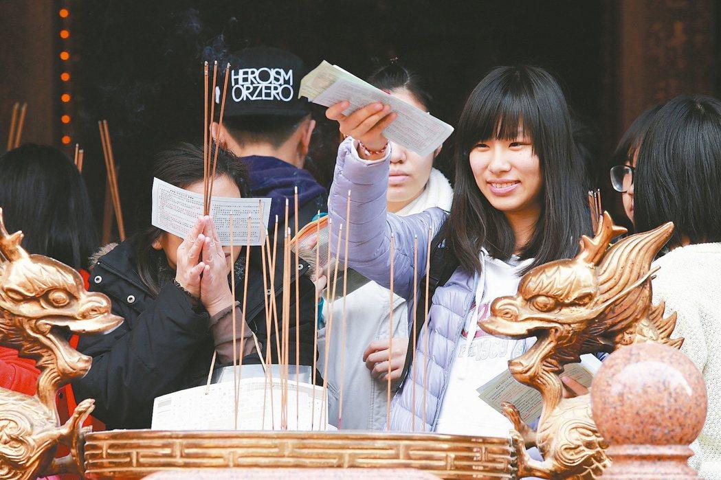 考生與家長前往台北文昌宮拜拜,祈求順利。 本報系資料照