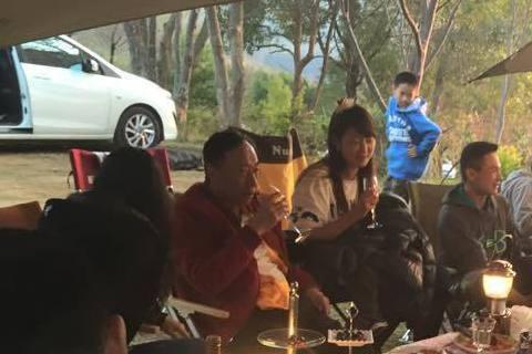 藝人賈永婕很喜歡戶外活動,除了比賽三鐵,還常跟不同好友去滑雪、露營,才跟小S一家人赴日本瘋滑雪回來,她又馬不停蹄跟另一群人約去露營,上傳臉書的照片仔細一看才發現,這回成員中竟然有郭台銘一家人,幾個人...