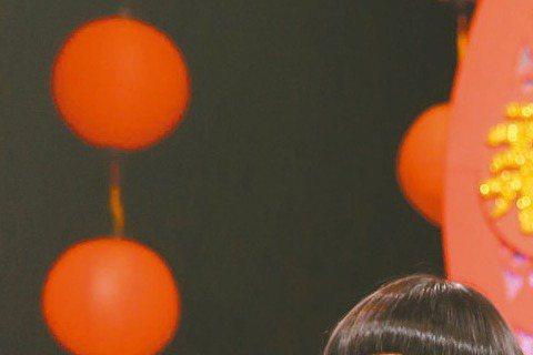 新春賀歲片,豬王大戰美猴王!同是綜藝咖跨足電影圈的豬哥亮與澎恰恰,各以「大囍臨門」與「鐵獅玉玲瓏2」決戰賀歲檔,兩人昨在三立除夕特別節目「三陽開泰慶團圓 立馬發財喜洋洋」碰頭,彼此先禮後兵,雙方團結...