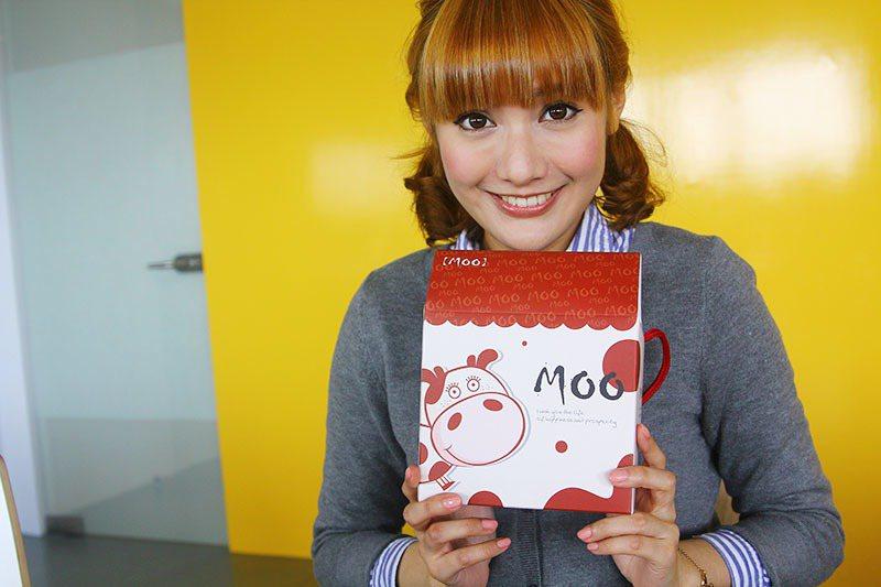 當天康妮還有收到粉絲的禮物唷!康妮用行動表示了她很愛這個禮物~ 圖片來源/編輯部