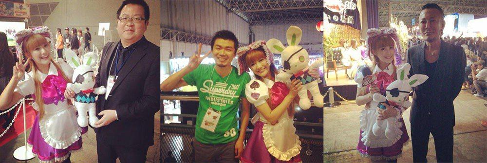 康妮日本電玩展跟遊戲製作人們合影 圖片來源/編輯部