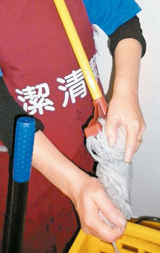 3.拖地時,最好不要用手擰乾拖把,長時間下來前臂肌肉會受傷,建議使用現在流行的旋...