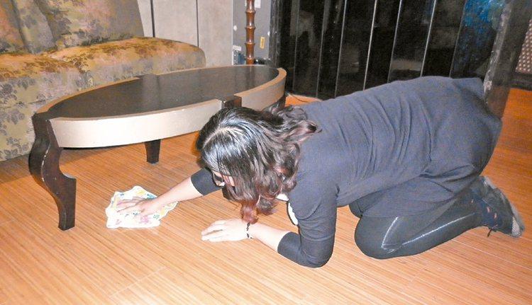 4.掃地使用掃把時,避免長時間彎腰,身體保持直立可減少腰背肌肉拉傷;避免跪在地上...