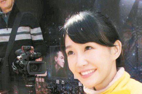「小豫兒」李佳豫為台視新戲「新世界」赴台南宣傳造勢,現場和粉絲相見歡,原來這些除了是粉絲還是她在電玩世界的戰友,雖從未見過面,但有虛擬世界當基礎,一群人一見如故。