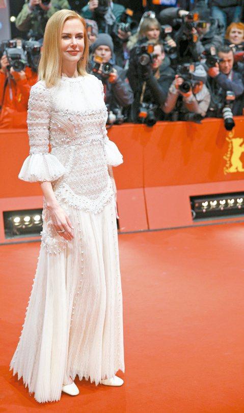 妮可基嫚6日出席新片「沙漠女王」在柏林影展的首映會,妮可在片中詮釋英國傳奇女性探險家葛楚德貝爾的生平,不僅學騎駱駝,還勇敢挺過沙塵暴。