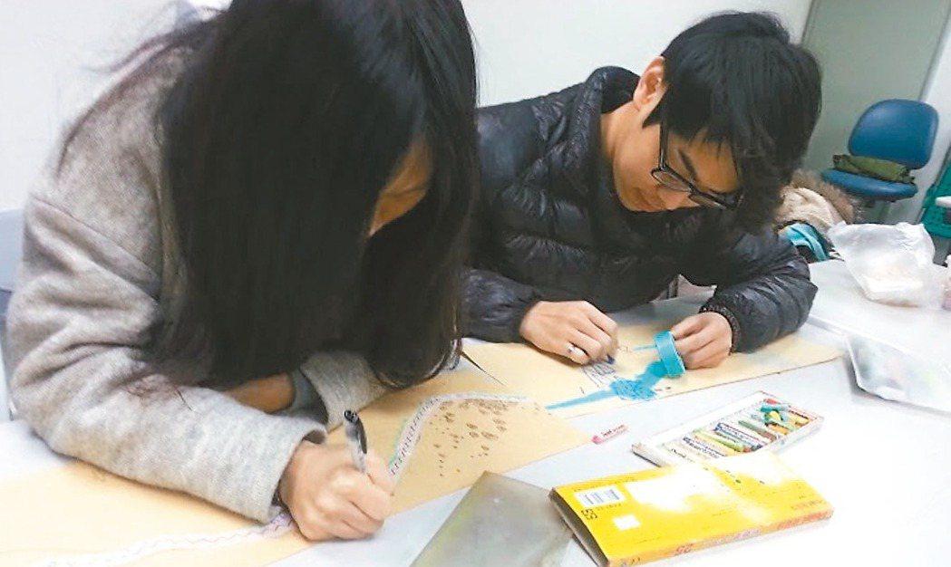 多彩的紙膠帶成為青少年間流行的創意小物,藝術治療師也用來做為治療的方式之一。 圖...
