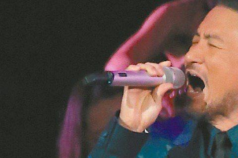 「第十屆KKBOX風雲榜」昨晚於台北小巨蛋熱鬧登場,感冒纏身2周的天王張學友,昨一抵台彩排,求好心切的他,聽完側錄,因對嗓音不甚滿意,宣布取消演出,直到開場前10分鐘,為了不讓粉絲失望,他重披「開場...