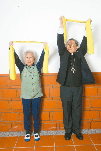 「防癌教母」莊淑旂(左)生前推廣「防癌宇宙養生操」,也曾和天主教已故樞機主教單國...