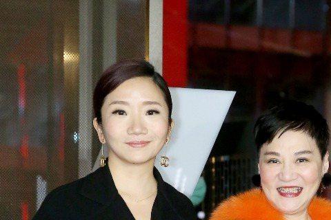 周杰倫台北婚宴邀來演藝圈長輩們同樂,陶子、李李仁夫婦,還有小燕姐對戶外派對有備而來,穿著紅色毛毛裝現身。